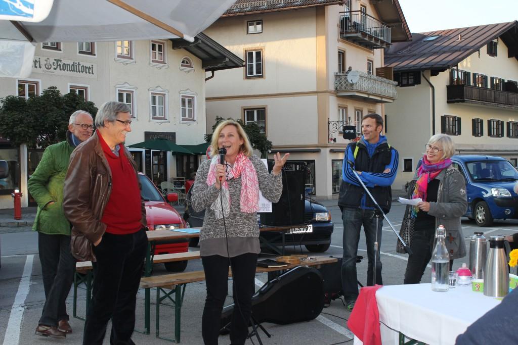 """Als die """"vier Weisen"""", die Stadträte, die sich der Neugestaltung des Marktplatzes angenommen haben, über Ihre Ideen vorstellten, entwickelte sich eine lebhafte Diskussion: Dirk Thelemann, Paul Fertl, Astrid Güldner, Markus Seemüller und Lisa Hilbich, Sprecherin der Initiative Miesbacher Marktplatz (von links)."""