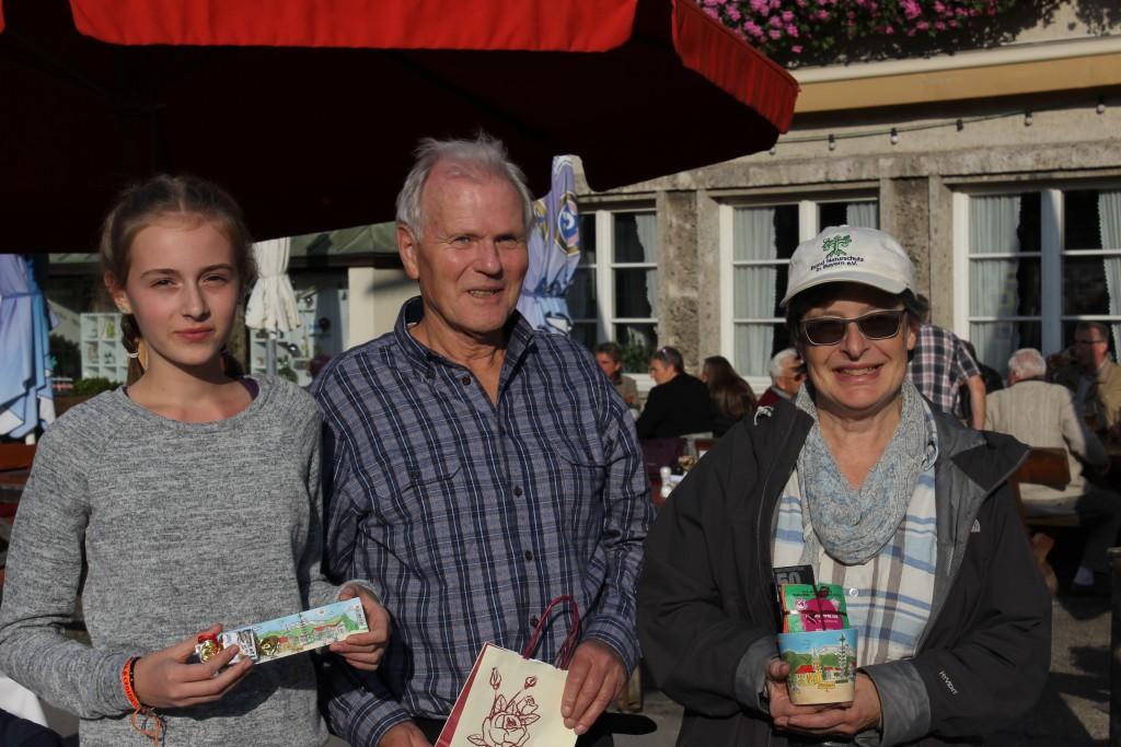 """Die Gewinner des Fotowettbewerbs """"Die schönsten Stadtplätze in aller Welt"""": Pia Mayr (Sonderpreis als jüngste Teilnehmerin), Günter Ehrhardt (2. Preis) und Evi Burger (3. Preis). (von links) Nicht auf dem Bild ist die Gewinnerin Ingeborg Grabner."""
